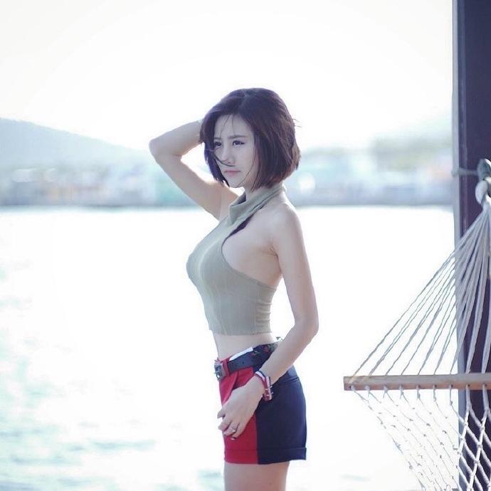 短发美女妖娆身材性感撩人诱惑写真