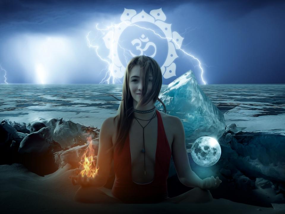 月亮美女艺术_比基尼美女手中合成月亮和火焰