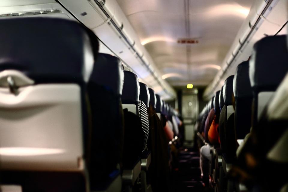 虚化背景夜晚高铁动车车厢内景图片