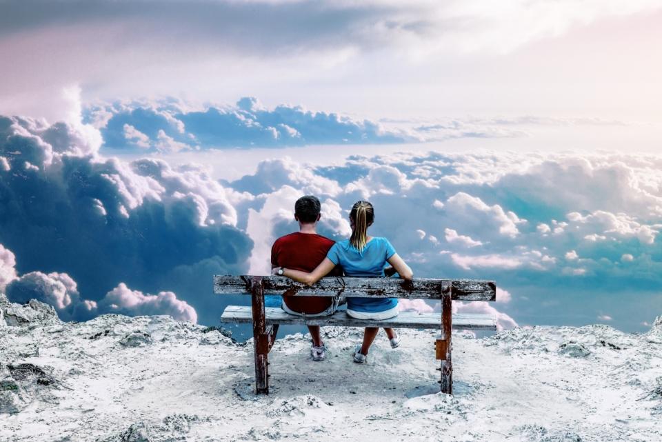 山峰长椅情侣看蓝天白云自然景观