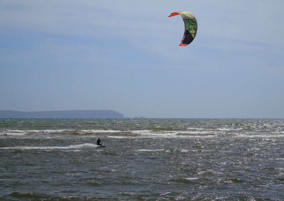 蓝色天空自然大海上风筝冲浪男性