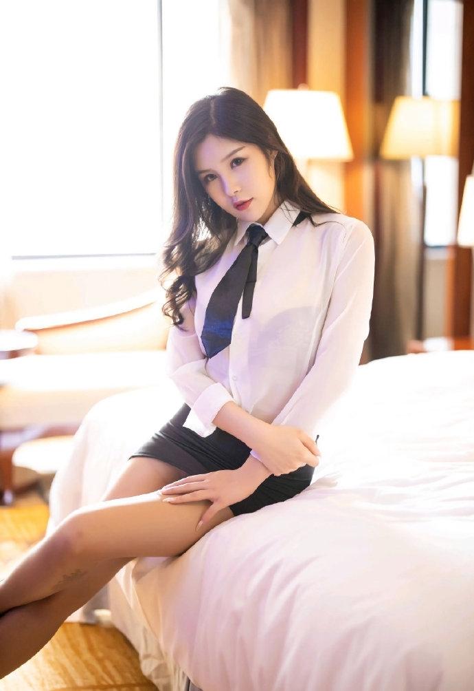 性感美女秘书妩媚诱惑制服写真