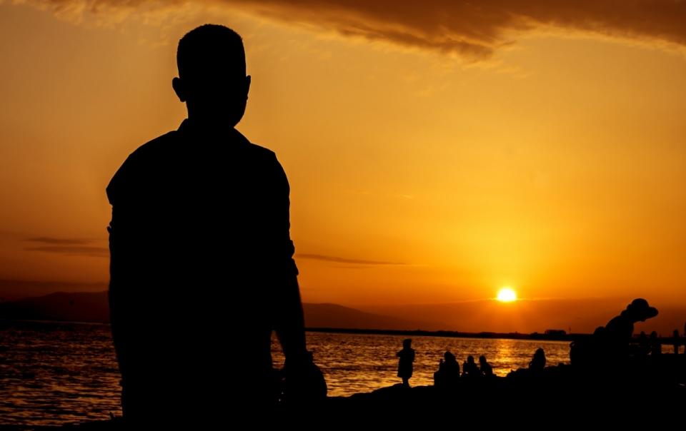 夕阳阳光背影大海天空晚霞