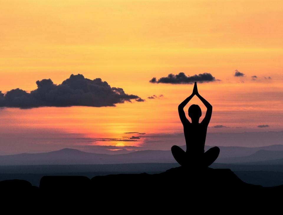 夕陽下端坐山頂遠眺瑜伽練習人影圖片