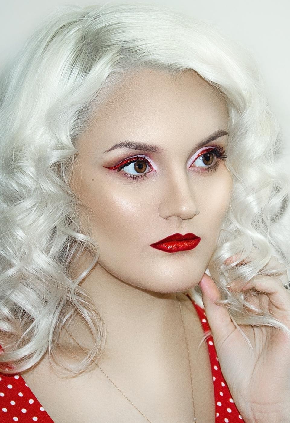 室内白色墙壁银色卷发时尚彩妆美女