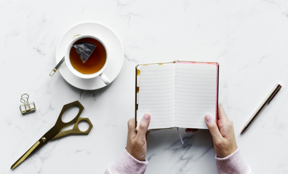 家中办公咖啡书本惬意环境摆拍图片