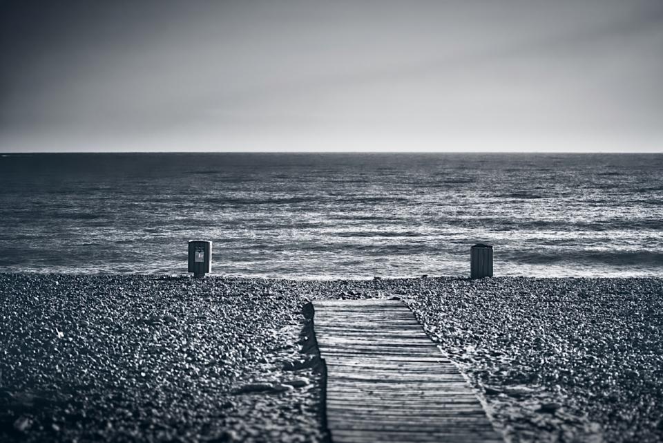 黑白简约桌面壁纸_黑白风格海边木板栈道简约风景高清图片下载_风格黑白