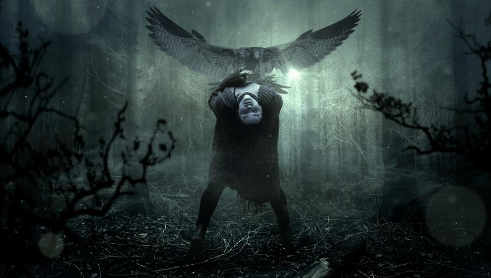 暗黑系森林中的女人和展翅的老鹰黑暗风高清图片下载图片