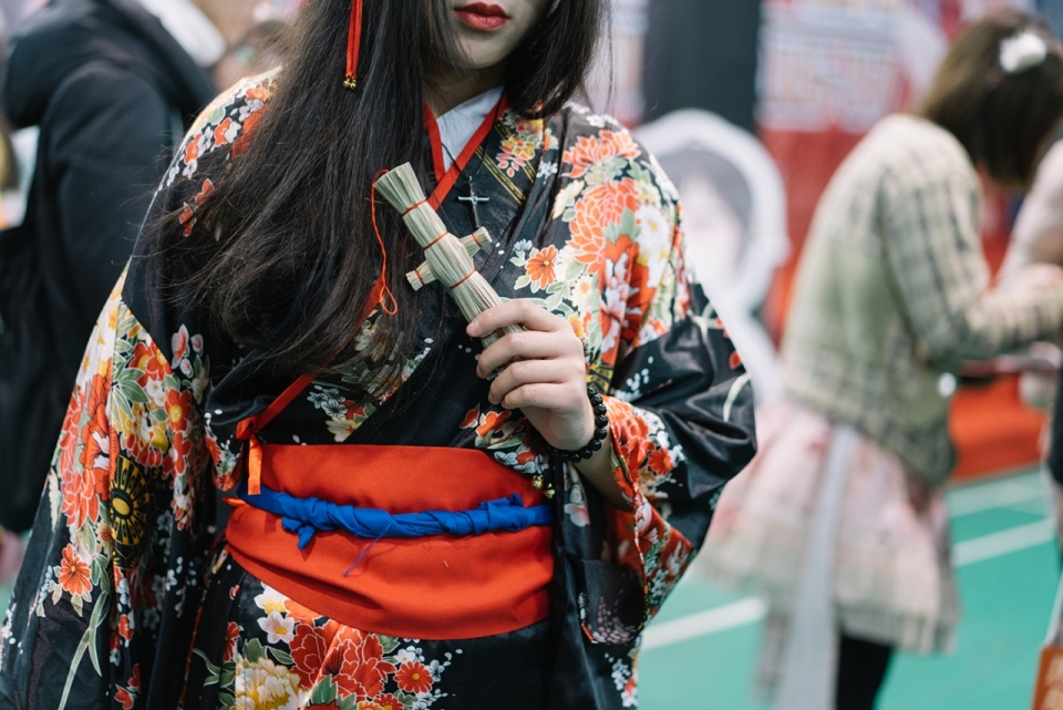 古装黑色牡丹花纹汉服少女模特