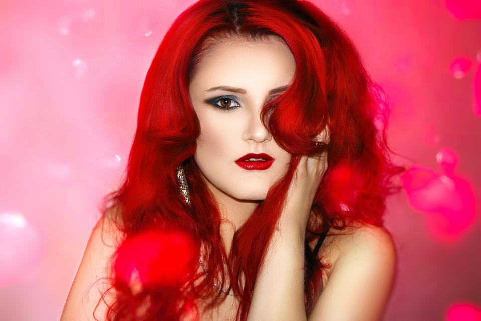 唯美粉色背景红色长发时尚女性