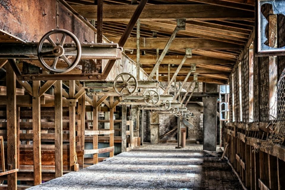 陈旧的老式纺织工厂一角图片