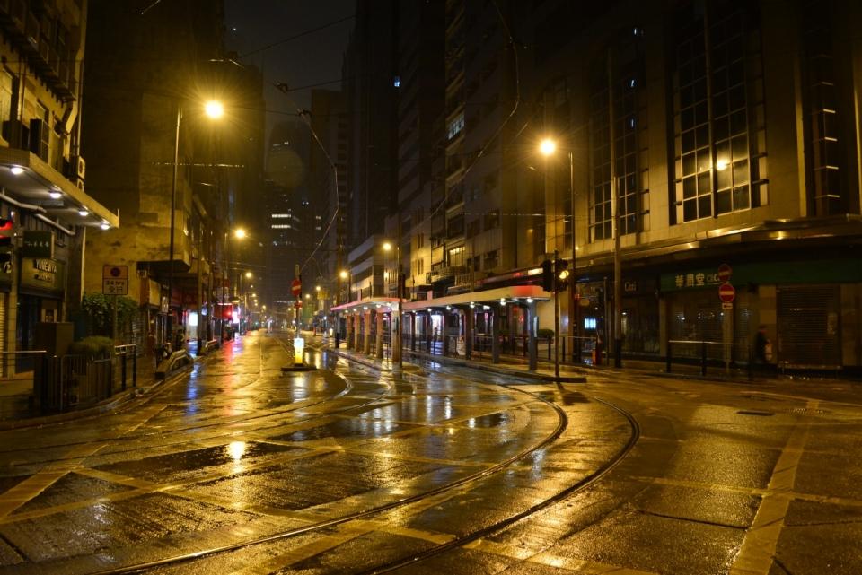 雨后夜晚的喧嚣城市一角