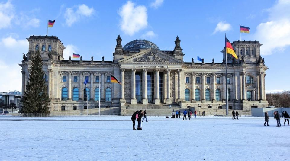 冬季积雪的德国柏林国会大厦广场远景图片