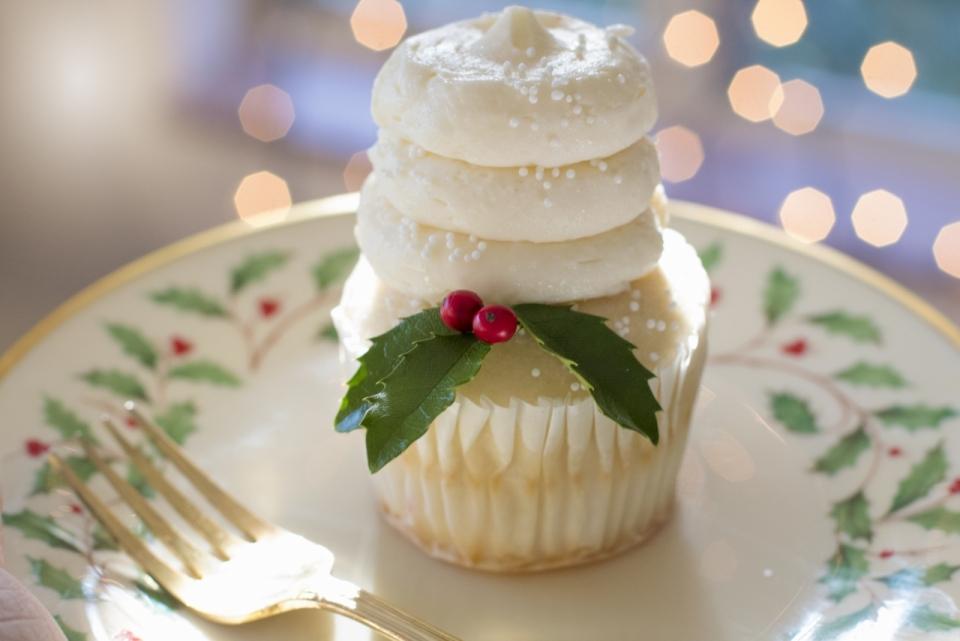 瓷盘中摆放造型精美蛋糕甜点摆拍