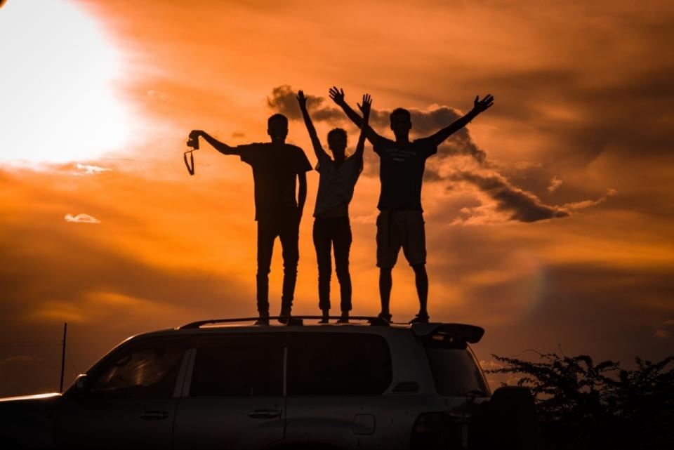 日落车顶友谊上进黄昏太阳天空晚霞毕业旅行青春