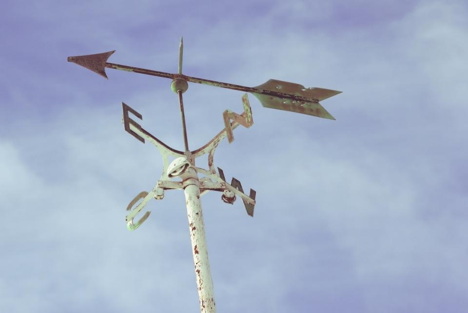 蔚蓝色的天空下风向标特写照片