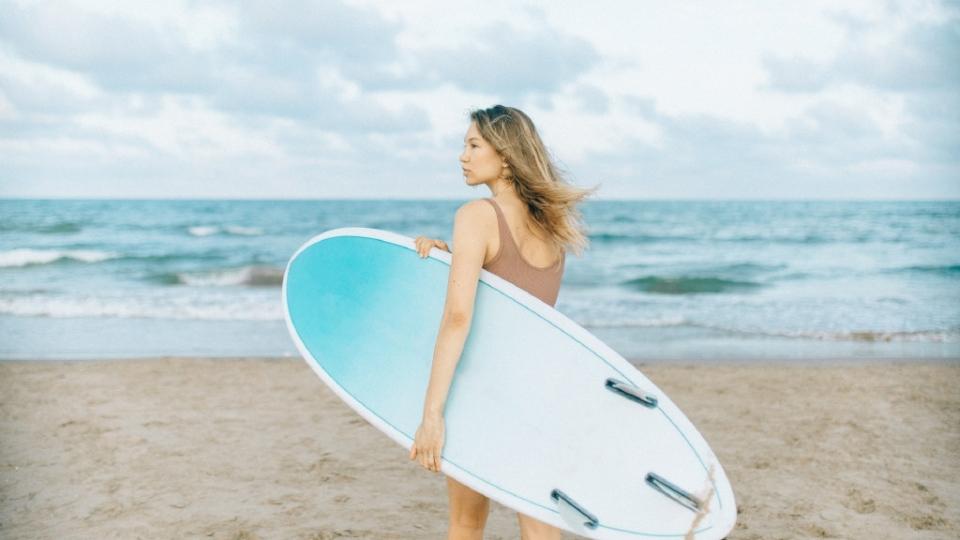 海边冲浪运动美女妖娆高清桌面壁纸