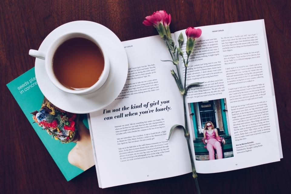 悠闲午后简约书本咖啡摆拍图片