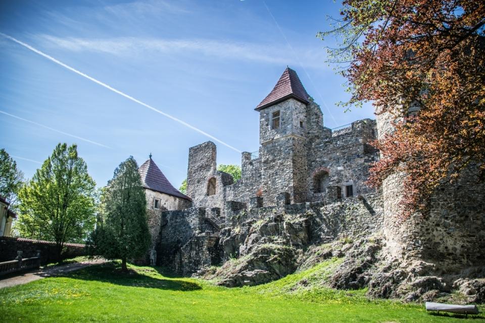 蓝天白云灰色石墙城堡庭院草地植物