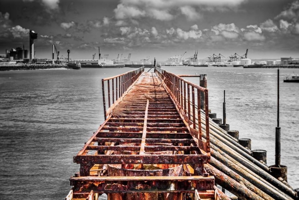 桥破旧大海长廊海边天空灰色