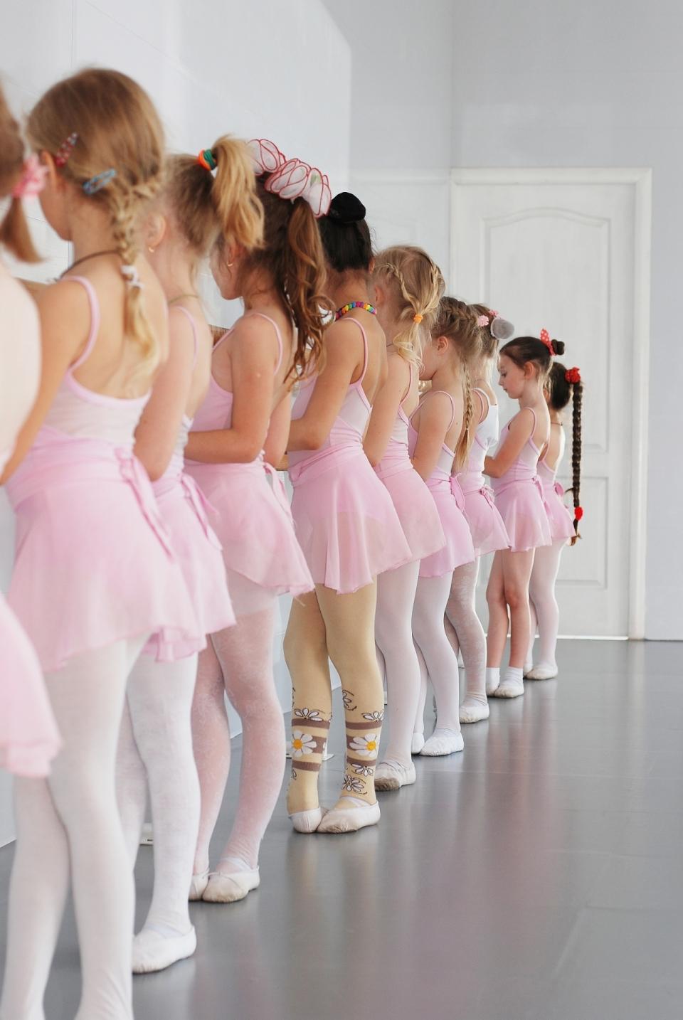 一排正在学舞蹈的小女孩背影