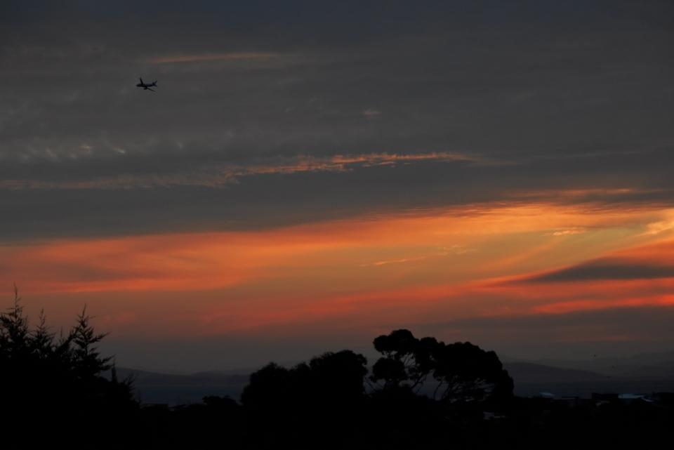 飞机晚霞落日山天龙树木