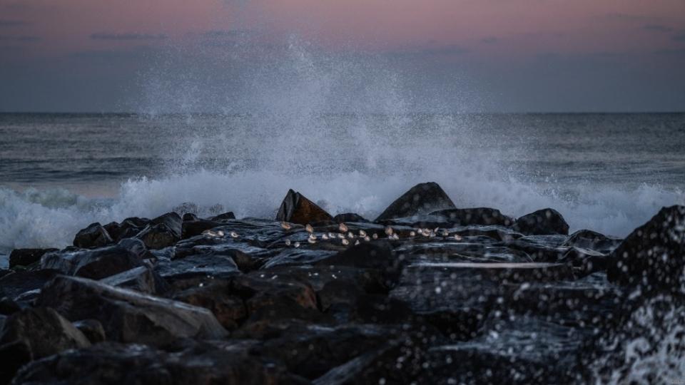 波澜壮阔的海浪拍打着礁石自然风光高清壁纸