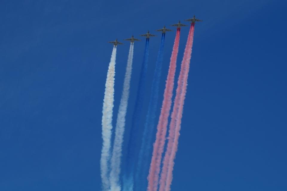 飞机七彩飞行员蓝天试飞行,