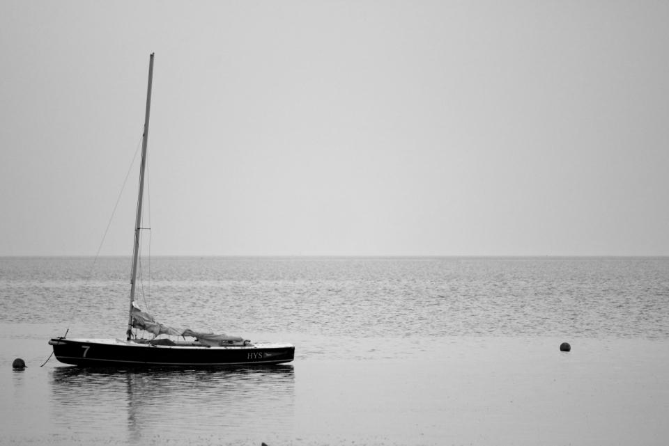 黑白海边小船大海天空