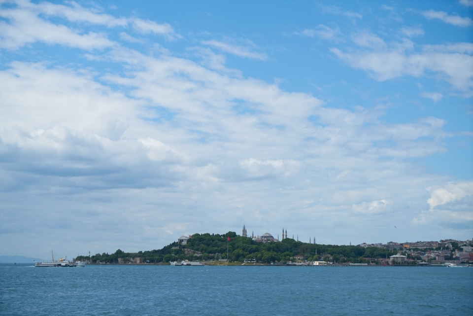 蓝天白云绿色山峰大海海面