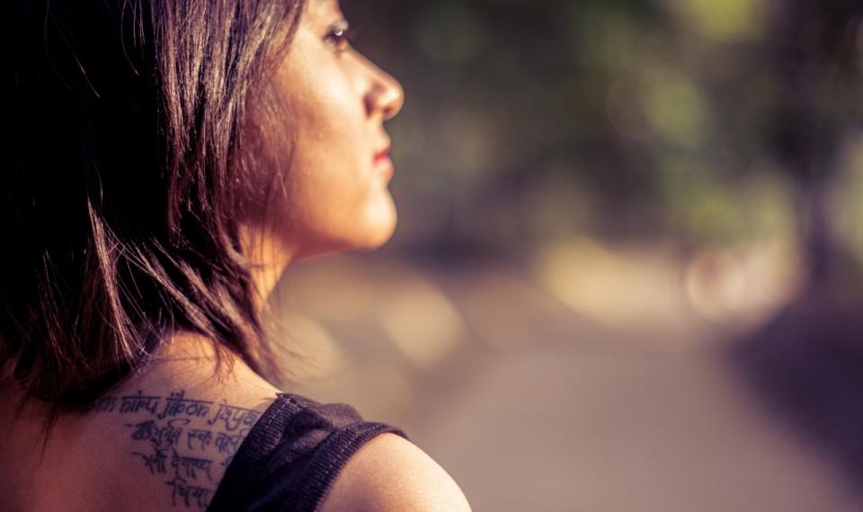 纹身美女夕阳下精致侧颜美拍
