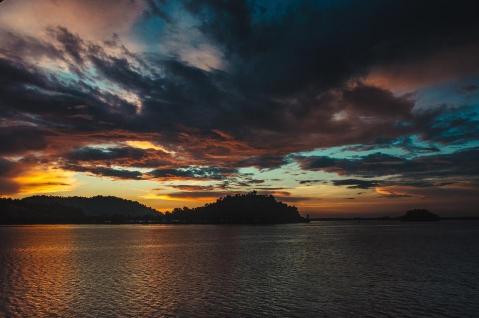 傍晚天空倒映大海海面风光