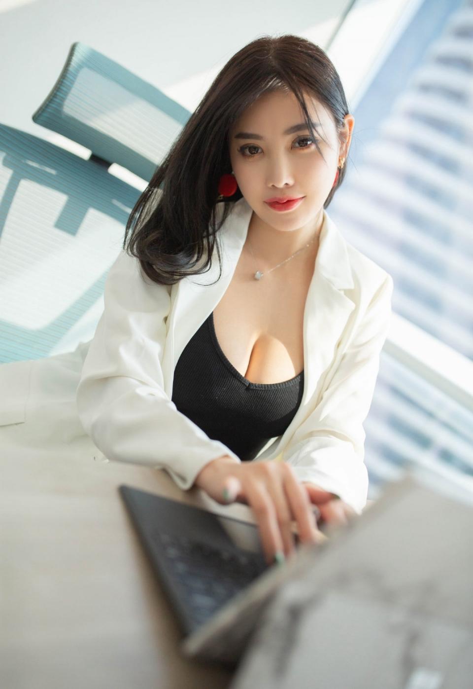 大胸美女黑丝性感妩媚诱惑写真