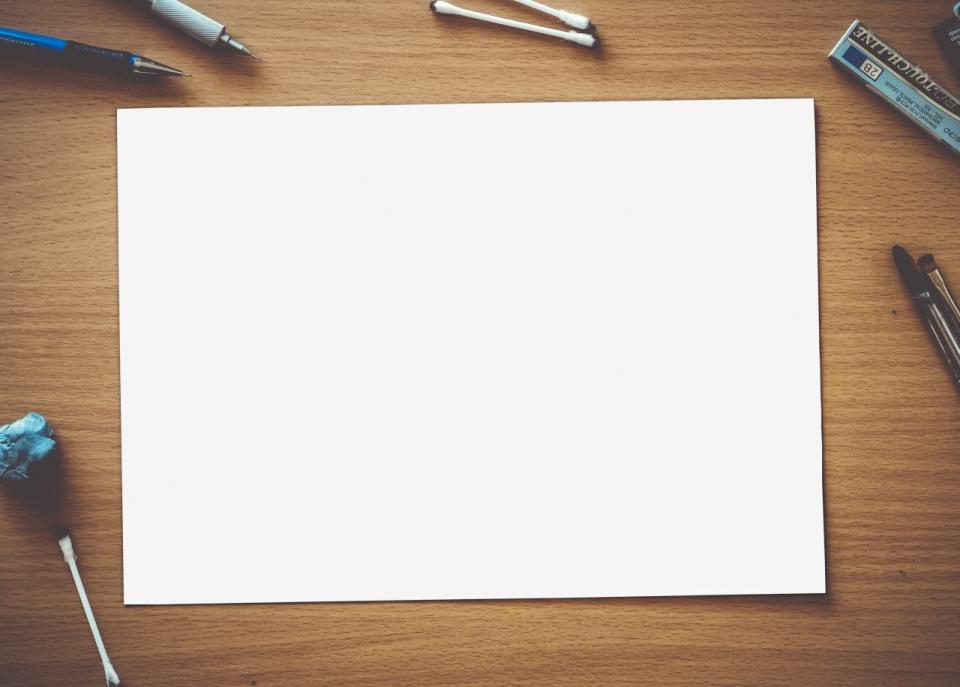 桌子上干净的a4纸和笔