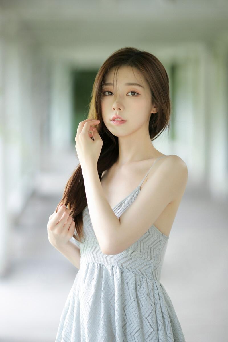 性感美女吊带裙妩媚诱惑人体写真