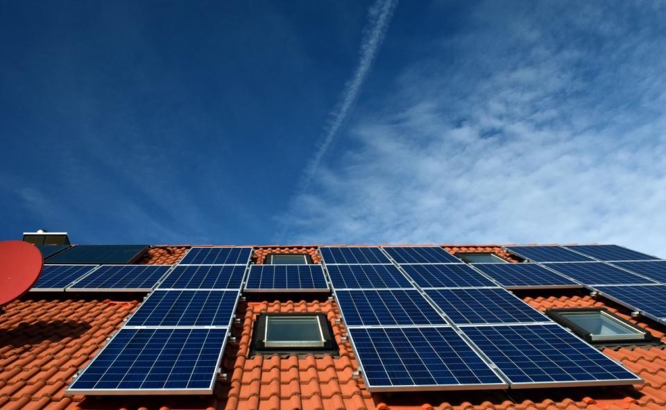 蓝天白云阳光照耀下瓦片房太阳能板摄影高清图片下载 风光建筑图片 乐美图网