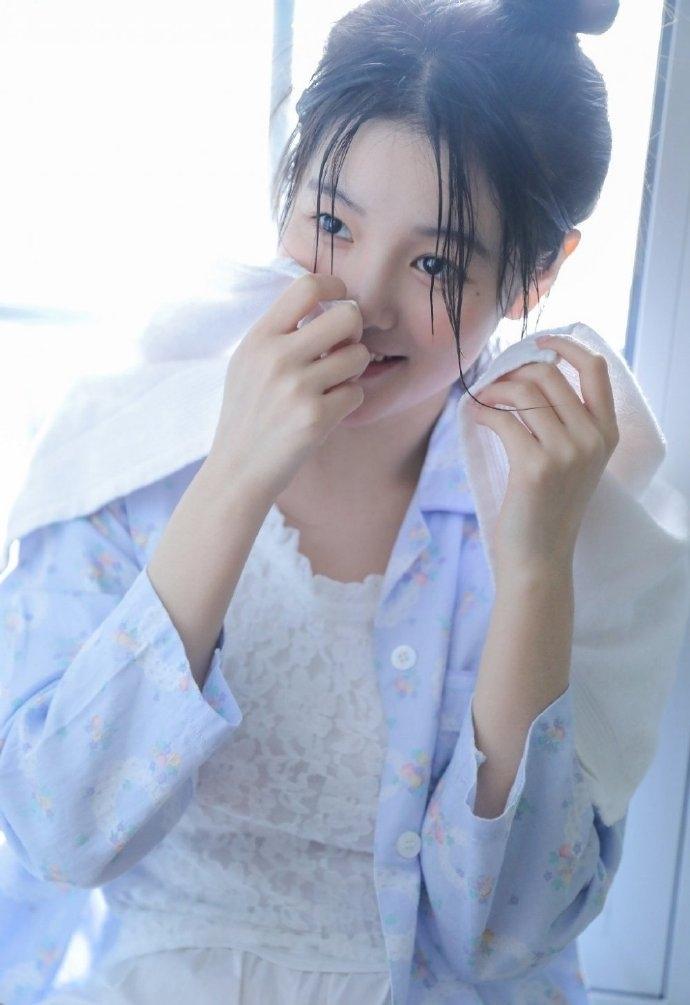 性感美女丸子头皮肤白皙苗条身材销魂美女写真