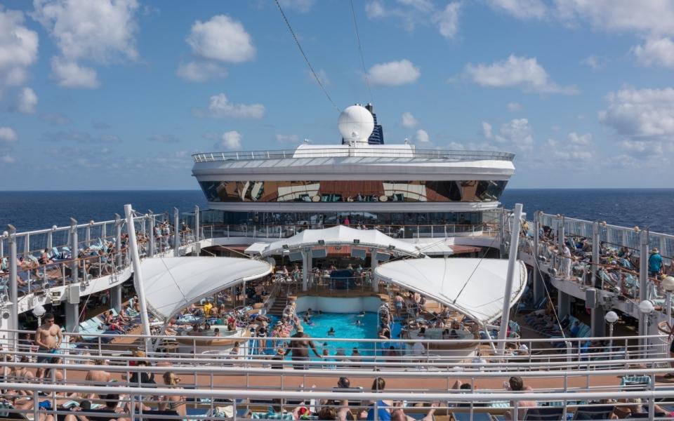 阳光蓝色大海轮船上度假旅行人们
