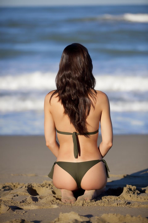 大胆美女堹i�C����_面朝大海跪着的性感比基尼美女背影